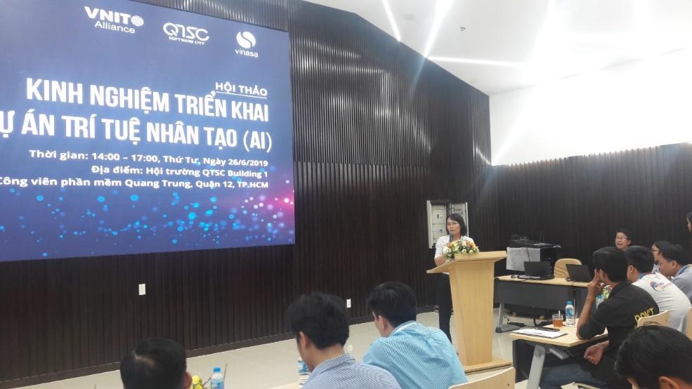 Hình 1: Bà Nhiêu Quốc Trân – Trưởng bộ phận Giải pháp Công nghệ QTSC trình bày tại hội thảo