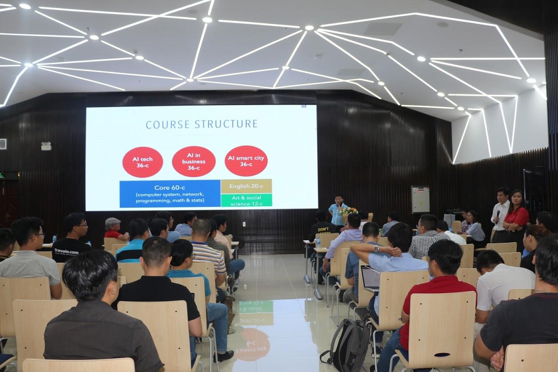Hình 5: Tiến sĩ Vũ Tường Thụy, Phó Hiệu trưởng trường ĐH Hoa Sen chia sẻ tại hội thảo