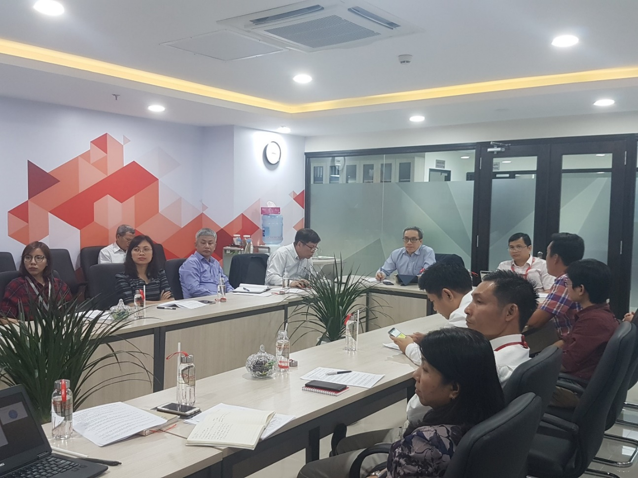 Thứ trưởng Bộ Thông tin và Truyền thông Phan Tâm làm việc với đại diện các doanh nghiệp VNITO tại QTSC