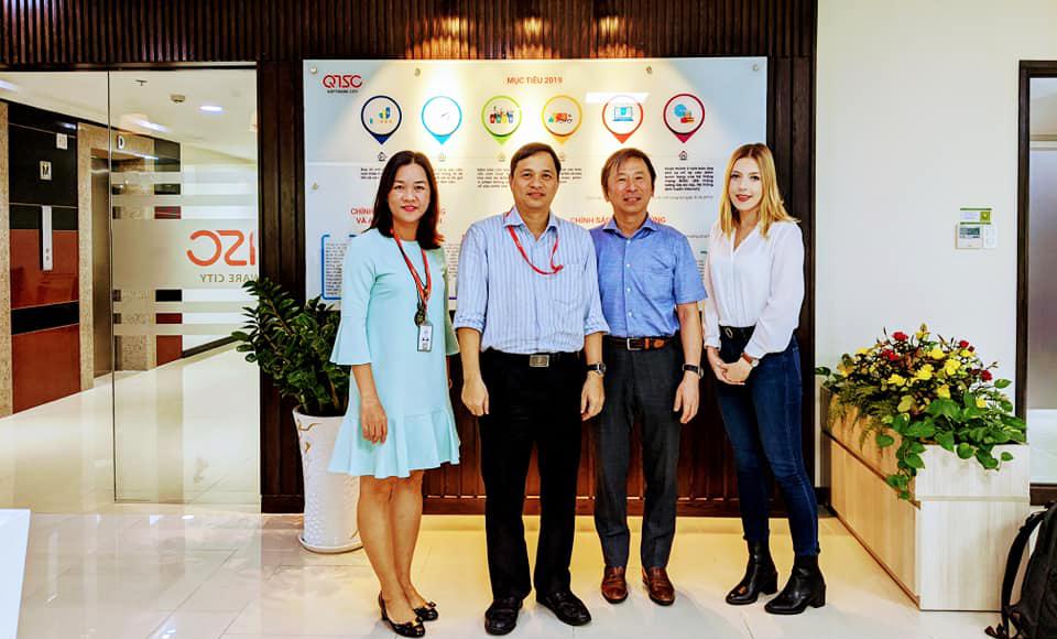 Ban Giám đốc QTSC chụp hình lưu niệm với đại diện IBPC Osaka