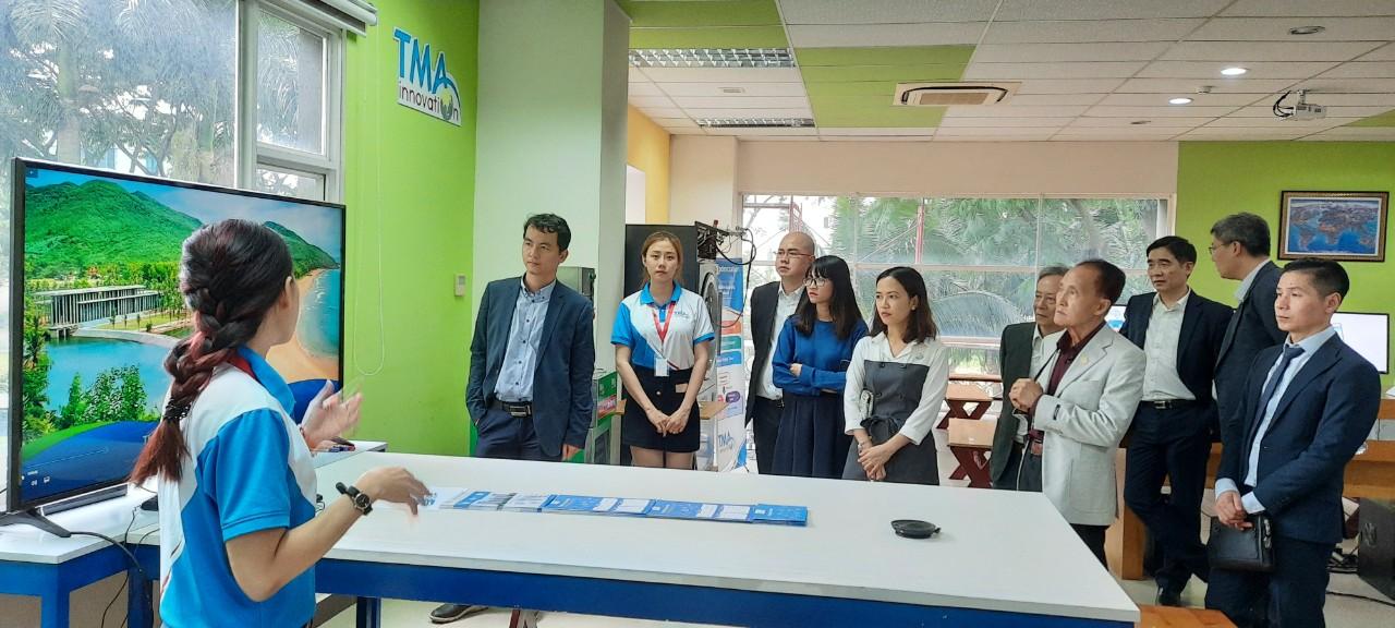 Hình 4: Đoàn nghe giới thiệu về các ứng dụng của công ty TMA Innovation