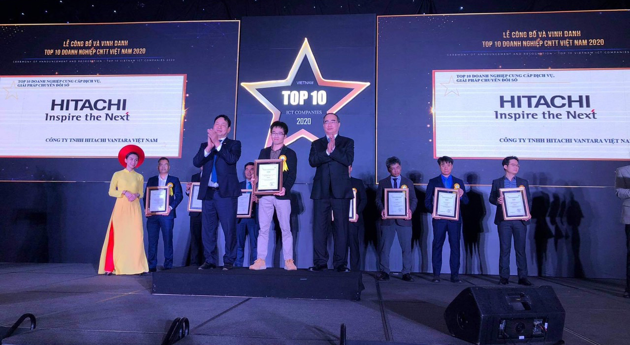 Mr. Dang Minh Dung – HVN Representative – Director of Hanoi Branch, award certificated by Mr. Truong Gia Binh, Chairman of VINASA (left) and Mr. Nguyen Thien Nhan, the Politburo Member and Secretary of Ho Chi Minh City Party Committee (right)